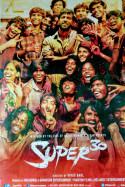 पढ़ाई से लड़ाई के समीकरण सुलझाती फ़िल्म सुपर थर्टी by Amit Singh in Hindi
